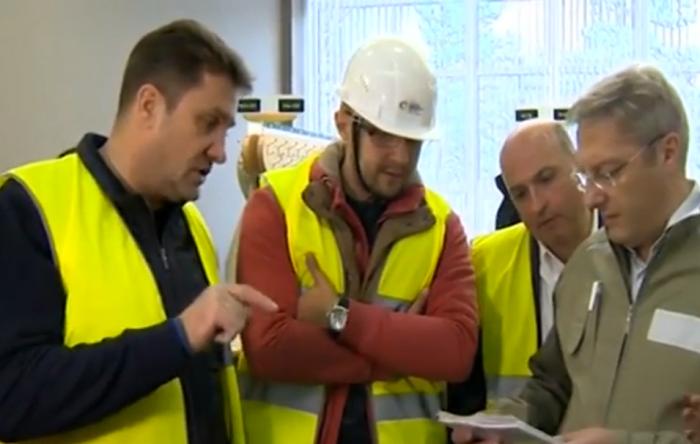 Члены рабочей группы (депутат горсовета Игорь Кудин – третий слева) получали результаты замеров в буквальном смысле слова тепленькими