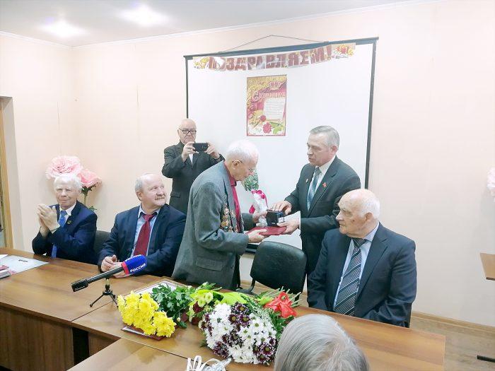 Александра Петровича Ляпакина поздравляет депутат Совета депутатов Новосибирска Олег Волобуев