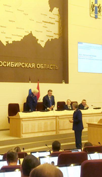Владимир Малиновский(слева) и Яков Хорошев (справа) после голосования пожали Андрею Шимкиву руку