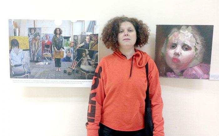 Художник Евгения Шадрина-Шестакова на фоне фотопортрета и своей работы «Мария в лиловом»