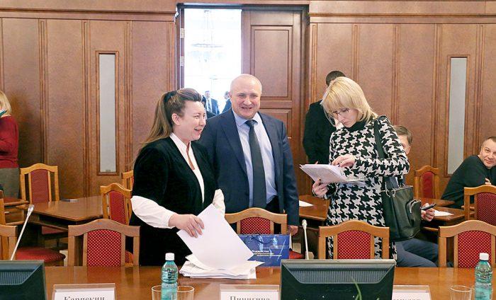 Наталья Пинигина (слева) и Николай Мамулат претендуют на должность уполномоченного по защите прав предпринимателей в Новосибирской области