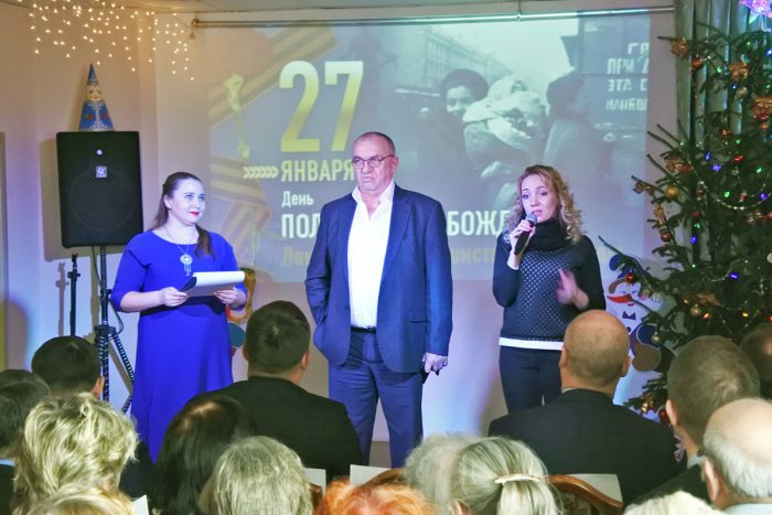 Екатерина Митряшина (справа) обратилась к ветеранам с теплыми поздравлениями