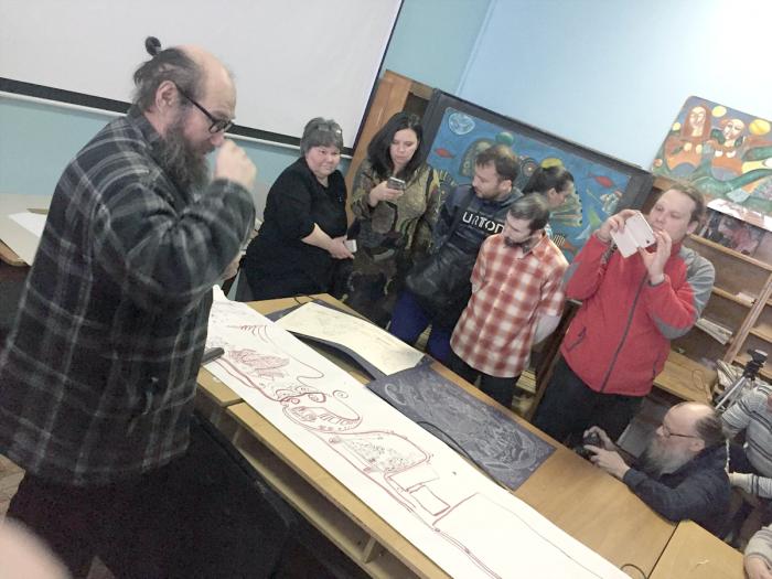 Странствующий алтайский художник Николай Чепоков показывает собравшимся «дорожную карту» путешествия с Алтая в Санкт-Петербург и обратно