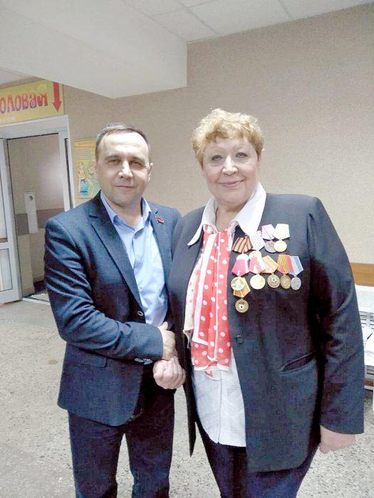 Депутат горсовета Сергей Сухоруков и ветеран-афганец Надежда Смирнова