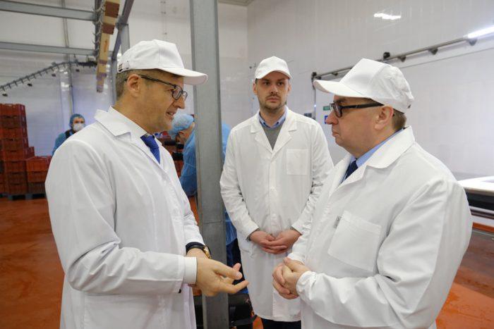 Евгений Лещенко(справа) отметил, что отправка продукции предприятия за пределы страны синхронизируется с задачами нового национального проекта