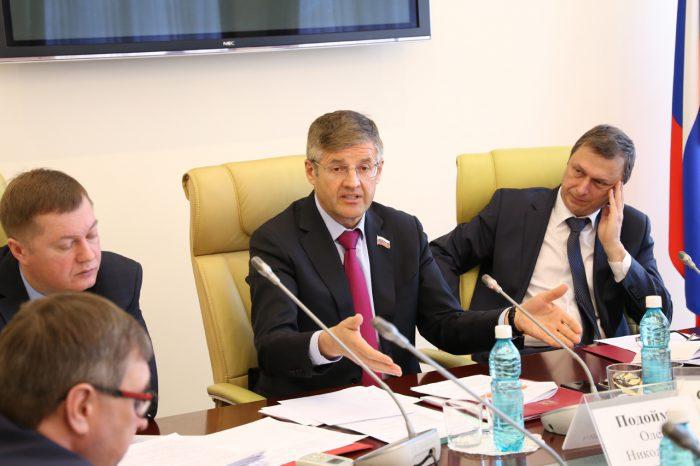 Олег Подойма(слева), как и многие жители региона, не знает, к какой категории относить конкретные лесные ресурсы — к валежнику или деловой древесине