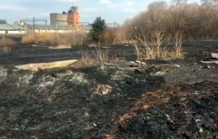 По факту пожара в поселке Курундус, возникшего из-за пала травы, возбуждено уголовное дело о повреждении чужого имущества в крупном размере из-за неосторожного обращения с огнем (ст. 168 УК РФ)