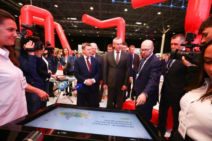 Анатолий Локоть, Андрей Травников и Степан Солженицын у мультимедийного экрана