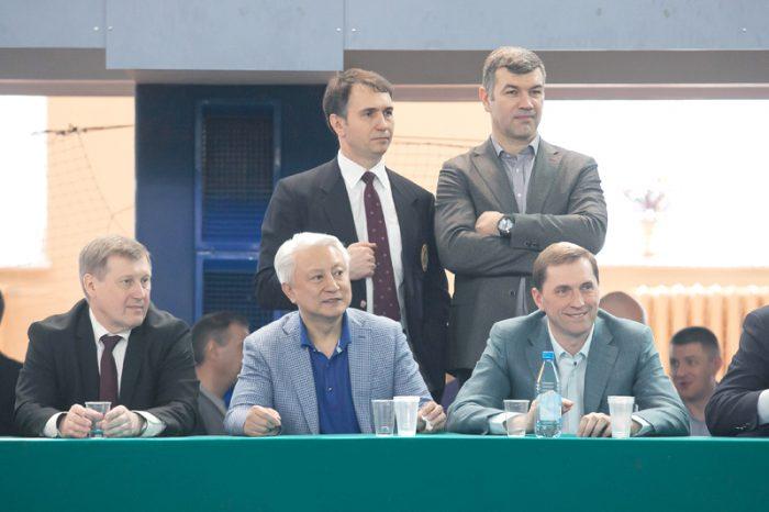 Дмитрий Асанцев (верхний ряд слева) и другие почетные гости соревнований: Анатолий Локоть, Вениамин Пак, Виктор Игнатов и Александр Бестужев