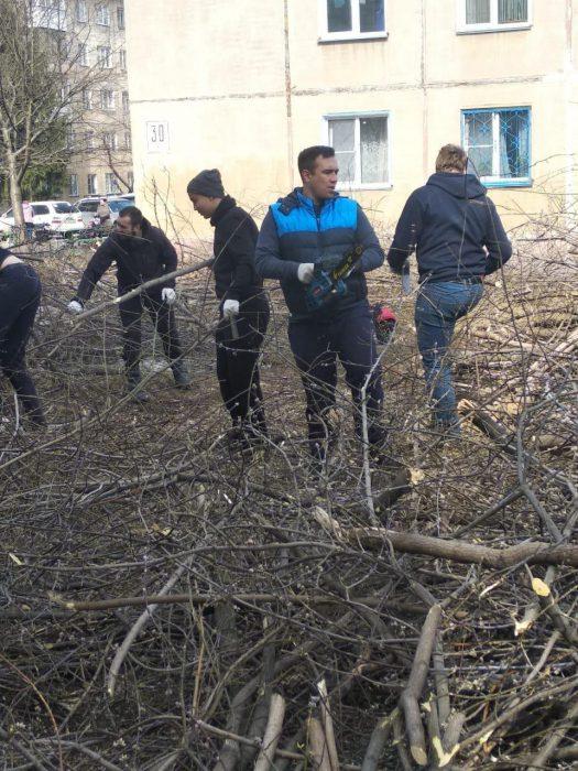 Георгий Андреев и его друзья из клуба «Спарта-Новосибирск» на субботнике