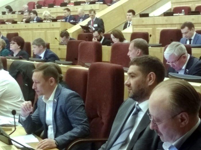 В день сессии место Александра Караськова было свободно еще до освобождения депутата от полномочий