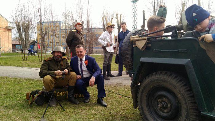Евгений Лебедев, как и все участники праздника, не удержался от возможности сделать фото на фоне реконструкции