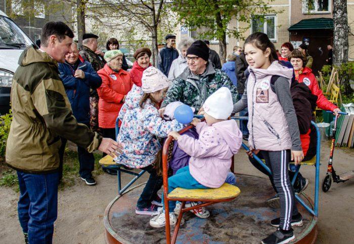 После окончания работы депутаты Екатерина Митряшина и Игорь Салов (на фото слева), выступившие организаторами акции, угостили всех сладостями и компотом