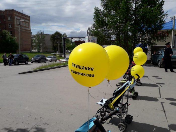 На шарики Николай Красников не обиделся, на вопросы ответил