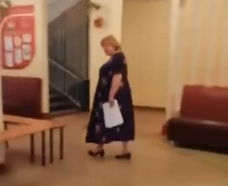 Родители троллили директора школы пока она не скрылась в своем кабинете. (Кадр из видео)