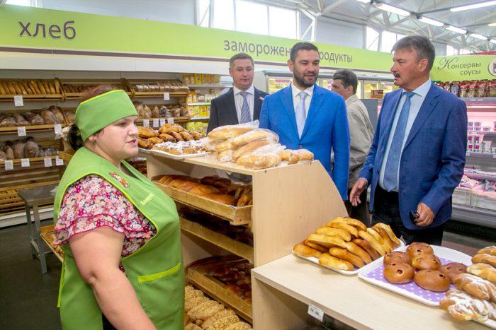 За рамками повестки заседания Федор Николаев и Сергей Титков  протестировали и краснозерскую торговлю, оборот которой в 2018 году  составил почти три миллиарда рублей