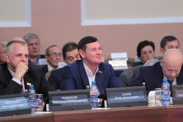 Игорь Салов (в центре)