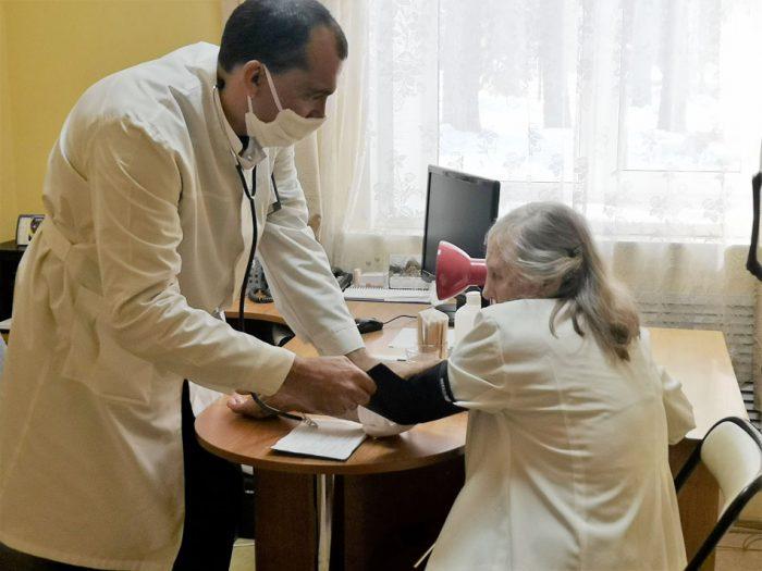 Пожилым помогают волонтеры