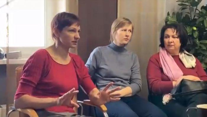 Светлана Слесарева (на фото слева) рассказывает о ситуации в центре
