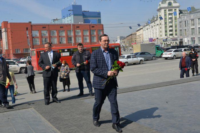 Все, кто возлагал цветы к монументу, соблюдали социальную дистанцию