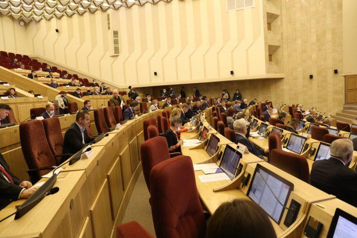 Большой зал заседаний Законодательного собрания Новосибирской области во времена пандемии коронавируса