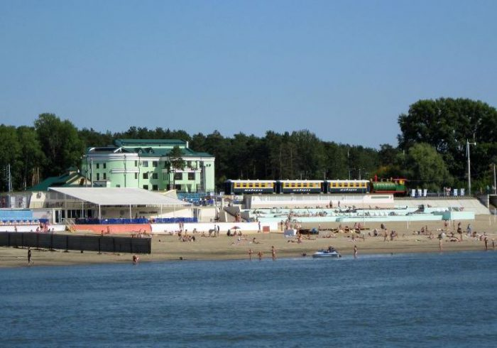 """Пляж ОАО """"РЖД"""" в Заельцовском парке Новосибирска много лет работает на платной основе, при этом деньги мэрии как собственнику участка компания не платит. Вид с Оби."""