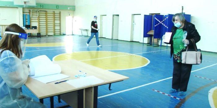 Ранее голосование по поправкам в Конституцию России в помещении избирательного участка, Новосибирская область.
