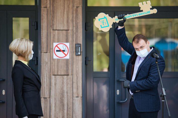 Иван Шмидт вручил символический ключ директору школы № 51 Ольге Гудовской