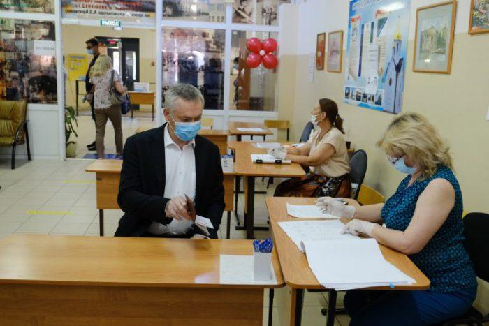 Андрей Травников заполнил свой бюллетень в первый день раннего голосования