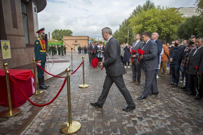 Губернатор Новосибирской области Андрей Травников принял участие в открытии мемориальной доски на территории военного городка в Октябрьском районе в честь погибших воинов