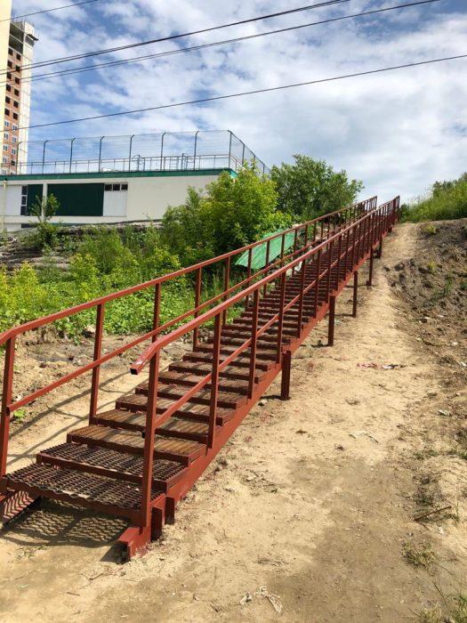 Из-за близости электропроводов пользоваться лестницей как минимум некомфортно, а то и опасно.