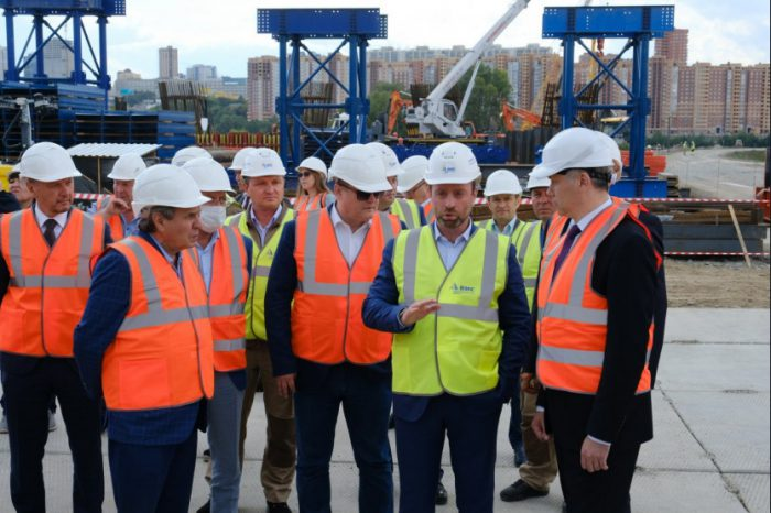 Выездное совещание на опоре №5 - первом завершенном сооружении четвертого моста через Обь.
