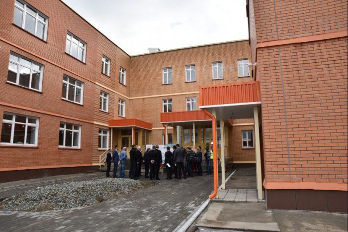 Рабочая поездка губернатора Новосибирской области Андрея Травникова в Первомайский район, посещение строящегося детского сада.