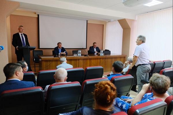 На встрече Андрея Травникова с работниками Новосибирского механического завода «Искра» губернатору передали большой архив фотографий.