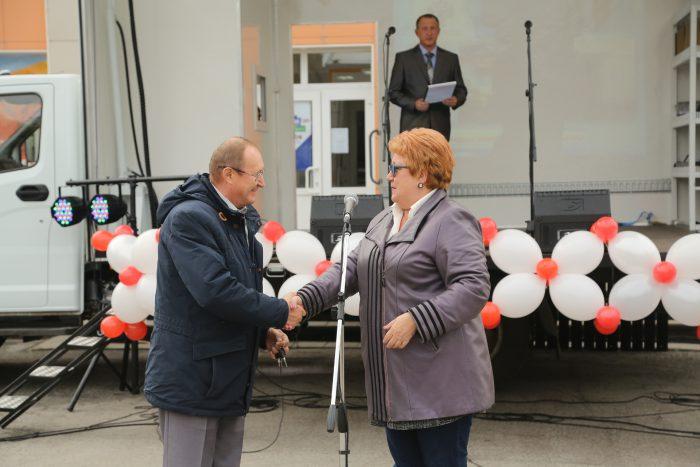 Министр культуры Наталья Ярославцева передает автоклуб главе Венгеровского района Сергею Черных