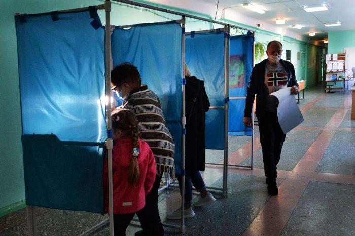 Кабинки для голосования с подсветкой создают в полутемном помещении УИК особую романтичную атмосферу