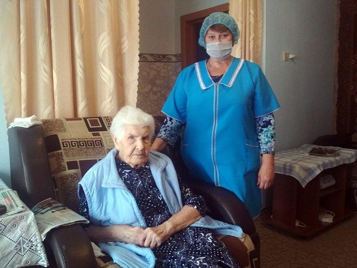 Профессионеальная сиделка Ольга Иванов со своей подопечной Галиной Ивановной