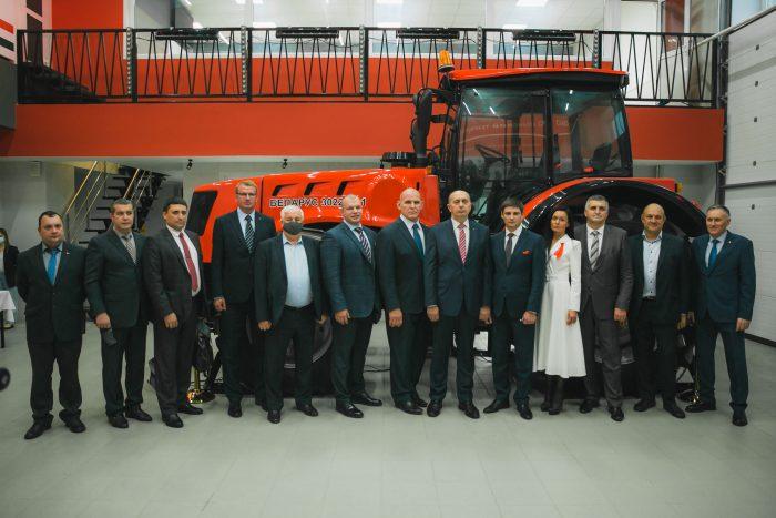 Участники церемонии открытия аудитории Минского тракторного завода в Новосибирском государственном аграрном университете