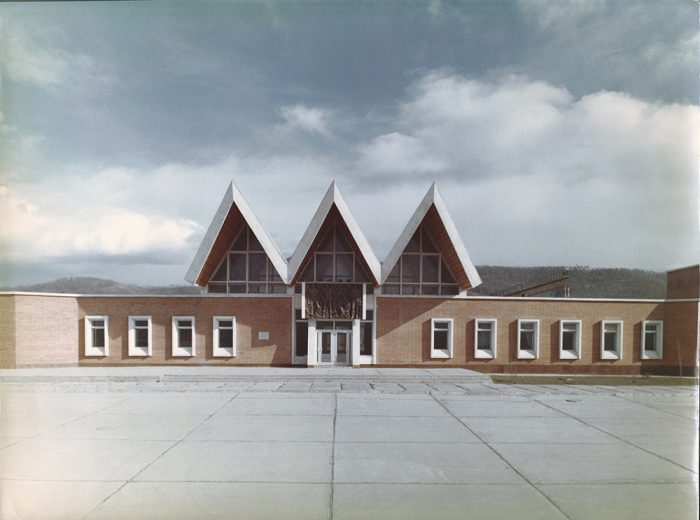 Железнодорожный вокзал на БАМе. Главный фасад. Постышево. Авторский коллектив под руководством В.П. Авксентюка 1970-е гг.