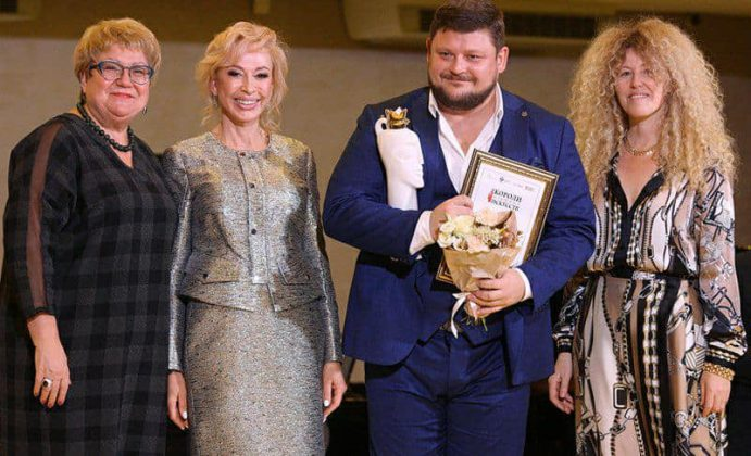 Крайняя слева — Наталья Ярославцева, крайняя справа — Ольга Зонова