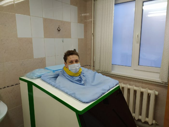 пациентка была скрыта в неком аппарате, вид которого, если бы не больничные интерьеры, напомнил бы приспособление для пыток.
