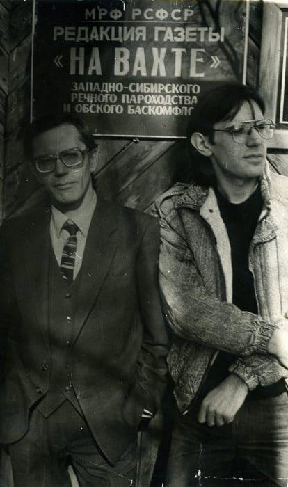 У входа в редакцию газеты «На вахте», кде Л. Каурдаков и А. Ахавьев (см. фото) работали с разницей в пять лет