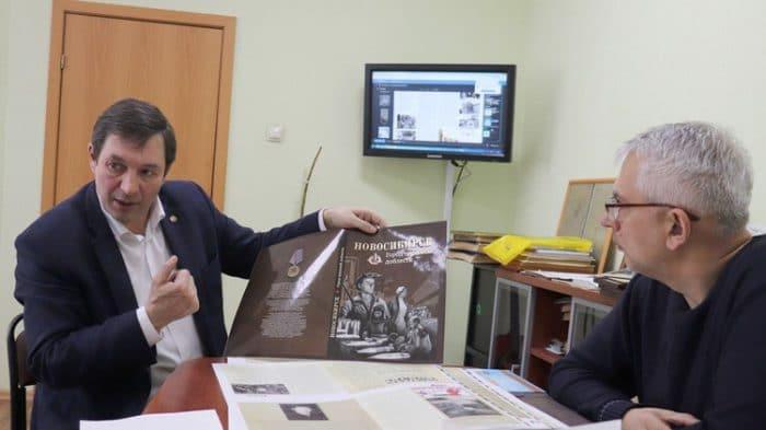 Дмитрий Симонов (слева) и Игорь Самарин рассказывают о новой книге