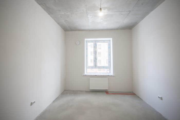 Новоселам остаются только приятные хлопоты по подбору обоев, покрытия для пола и потолка, - все черновые работы уже выполнены застройщиком